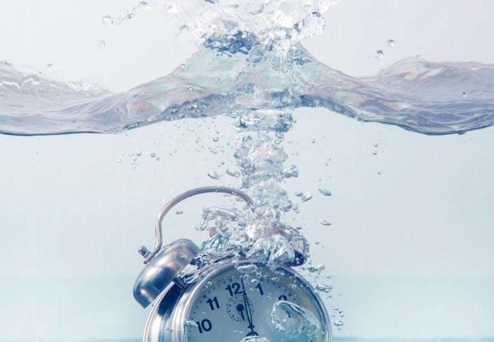 будильник в воде