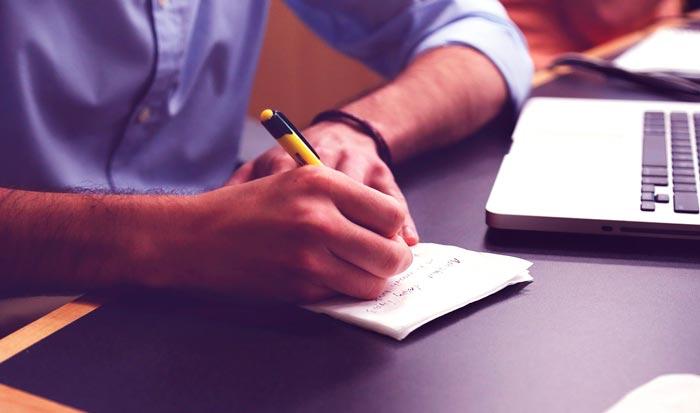 мужчина пишет ручкой